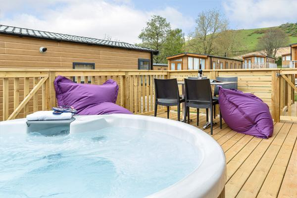Signature VIP Hot Tub | 4 people | Deck
